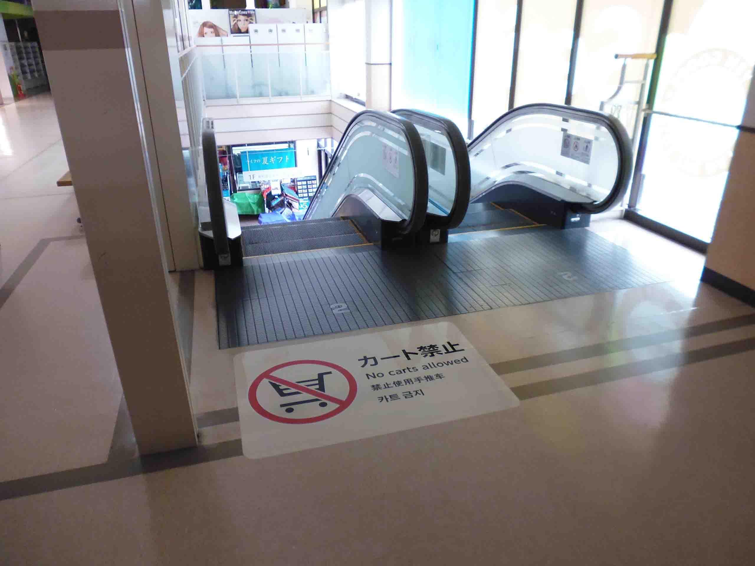 エスカレーター乗り口床面に施工したカート禁止注意喚起シート