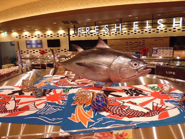 スーパーマーケット魚売り場圧倒的にリアルなマグロ装飾