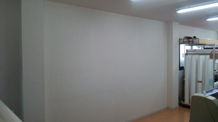 社内の壁紙貼り替え前の無機質な壁