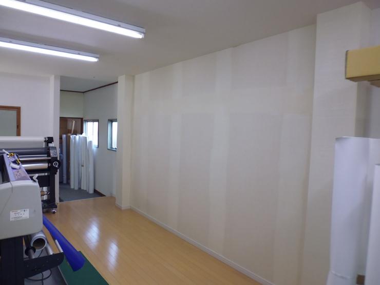 壁紙を剥がした社内の壁