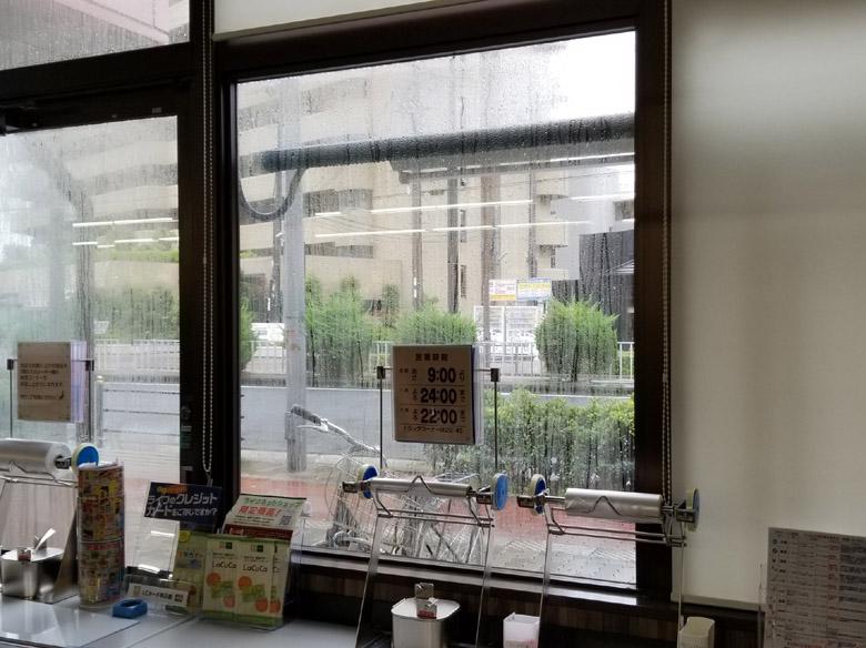 お店の窓を使った販促案件施工前
