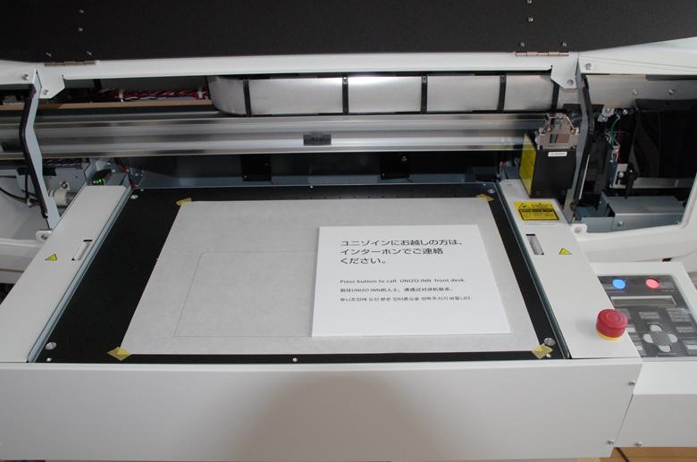 透明インクで点字を印刷しています
