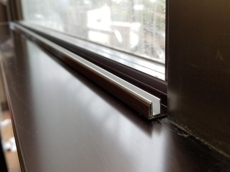 お店の窓を使った販促案件施工途中寄り画像