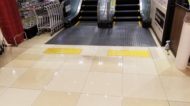 スーパーマーケットの床シート施工中