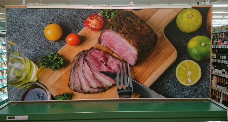 冷蔵ケース端の写真演出用レール設置