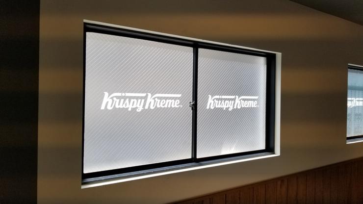 すりガラス調に装飾した窓