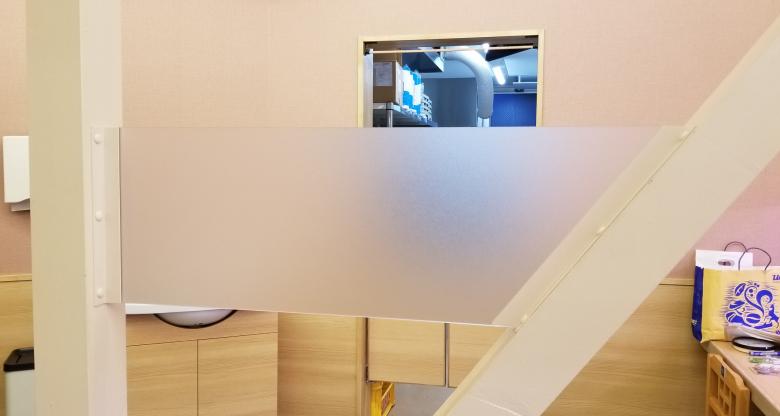 店舗奥の壁面と中央の柱間に設置したデザインパネル
