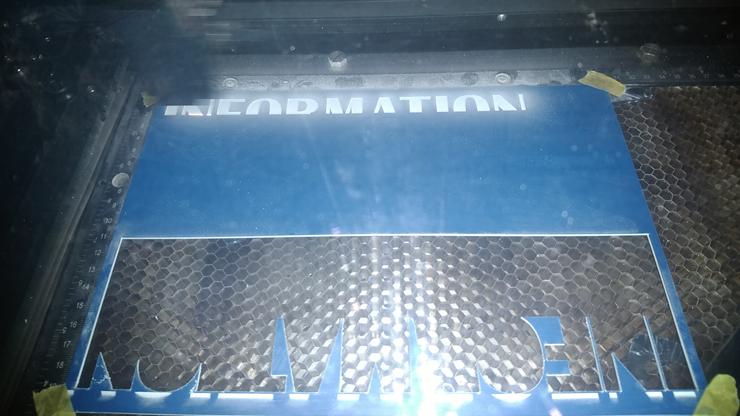 卓上サイン製作にあたり、レーザー加工機で彫刻・カット。