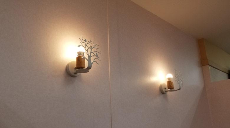 枝にたたずむ小鳥のシルエットが可愛らしい壁面電飾