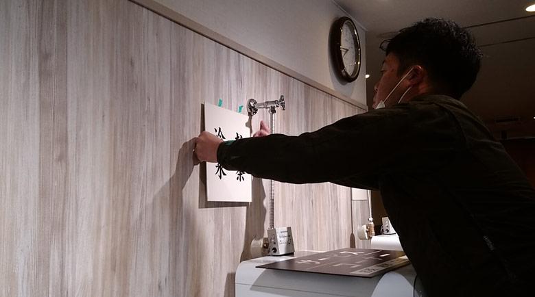 シートをプレート裏側まで回し貼り込むことで美しく仕上げた壁面プレート